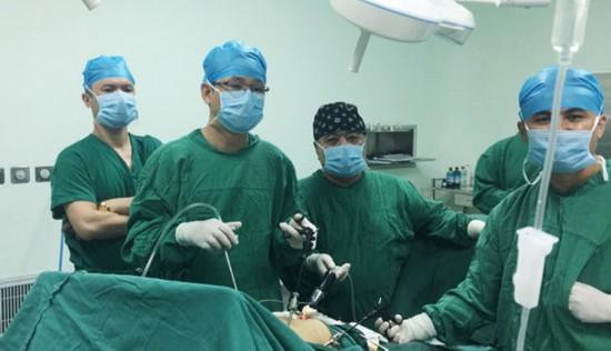 图为曾建平医师亲自做的一例腹腔镜手术