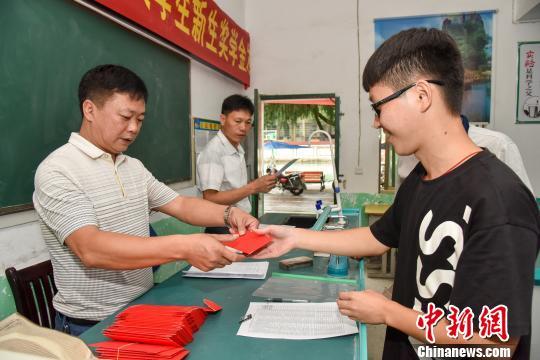湖南桂阳县村民和企业众筹逾百万元爱心助学