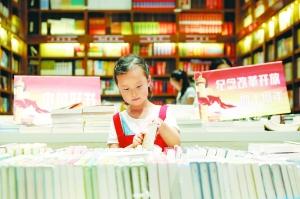 淮安盱眙小学生走进书店图书馆 当图书管理员