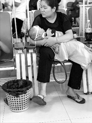 镇江民警下班急赴医院看儿子 随手拍感动网友