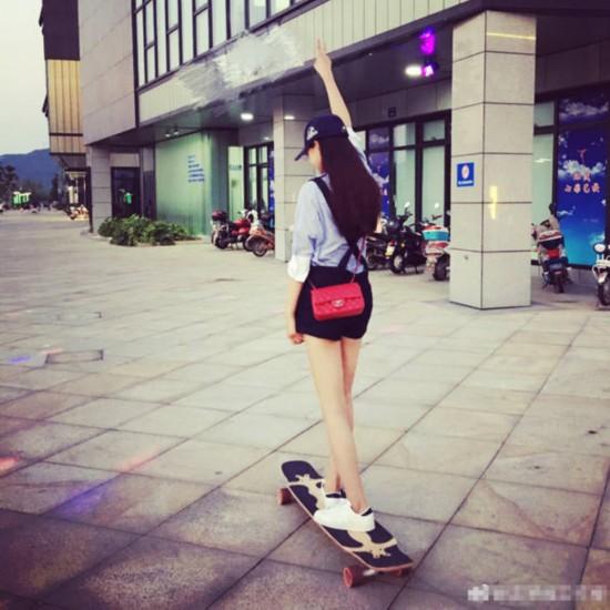 沈梦辰化身酷炫滑板少女 穿热裤一双大长腿十分抢镜