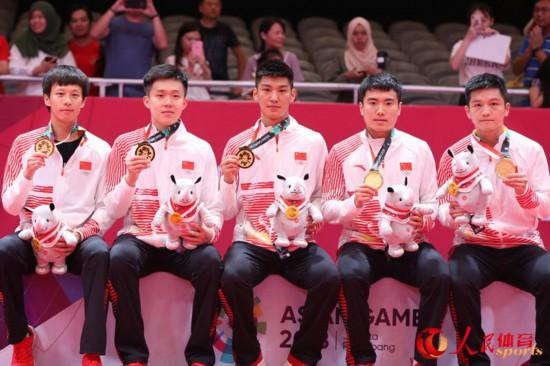 中国男团夺得奖牌(人民网 赵欣悦 摄)