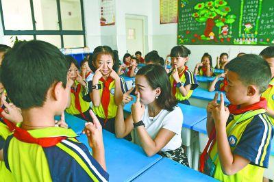 暑假刷抖音、打游戏 开学前,小学生扎堆看近视