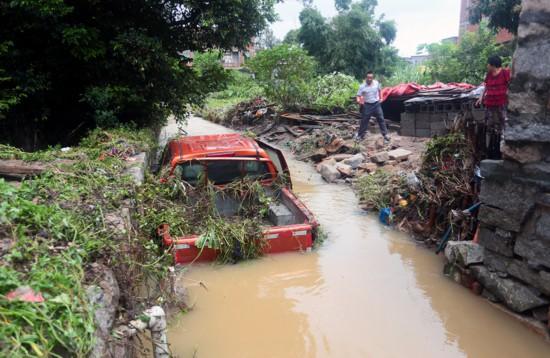 男子连人带车被卷入溪流 石狮三村民生死救援