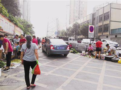 """龙岩新罗:通道聚集众多摊贩 俨然成""""菜市场"""""""