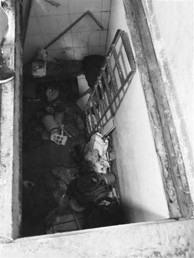 """苏州一户主车库下挖三米深地窖""""蜗居""""10年"""