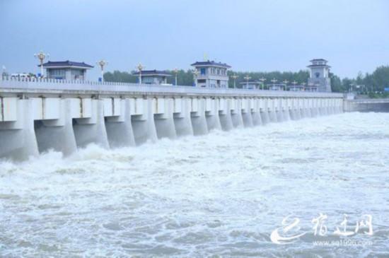 宿迁骆马湖超汛限水位0.64米 嶂山闸迎来今年第二次泄洪