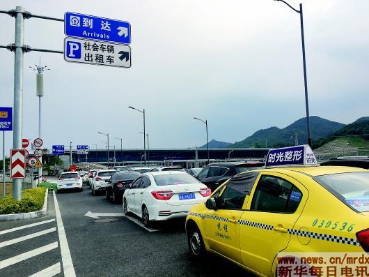 """重庆""""奇葩高铁站""""像迷宫带迷路乘客出站成生意"""