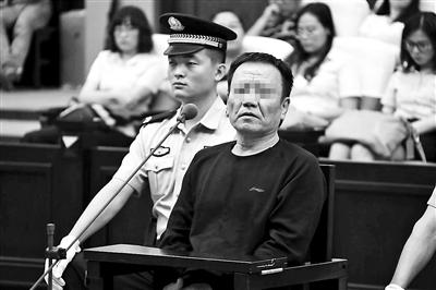 骗取单位资金395万中学会计受审