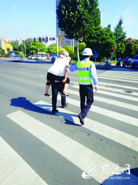 宿迁沭阳一女子摔倒受伤 交警背她至120担架