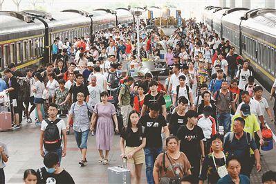 暑运最后一日南京火车站客流如织