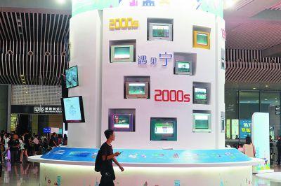 南京全城迎接大学新生 南站摆出32台老电视