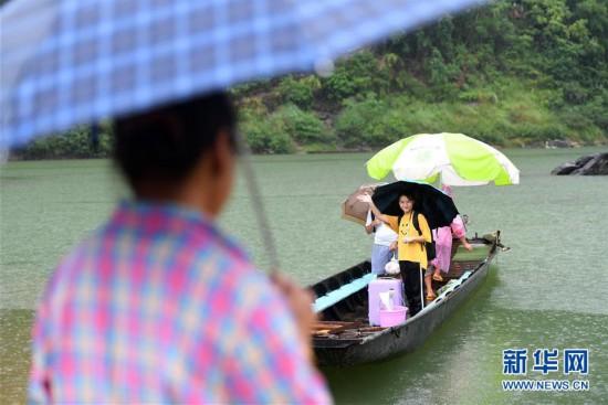 #(图片故事)(2)大山深处,爱心照亮贫困女孩求学路