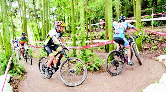 山地自行车男子精英组比赛。