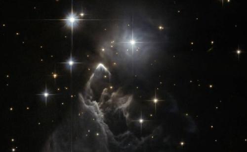 哈勃拍摄神秘星云:在闪亮恒星间翻腾 似波涛怒吼(图)