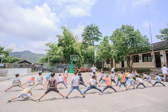 让小山村留守儿童享受快乐暑假