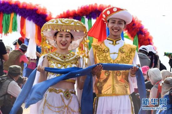 (新华网)(1)沙漠集体婚礼