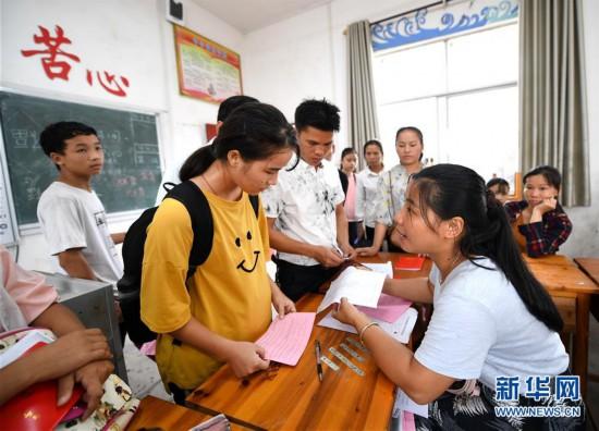 #(图片故事)(9)大山深处,爱心照亮贫困女孩求学路