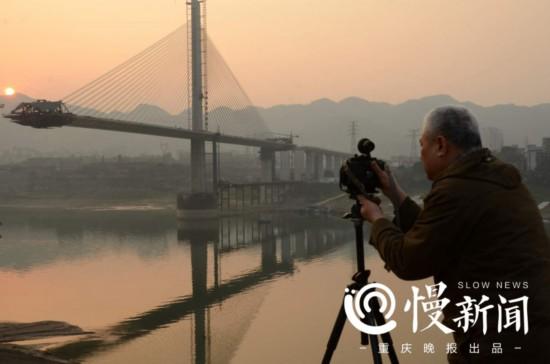 他用镜头记录近20座跨江大桥的诞生与成长