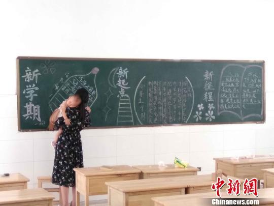 江苏东海一女老师抱娃出黑板报走红网络网友赞敬业