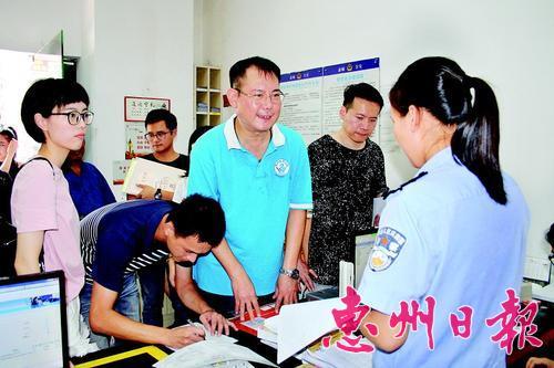 台胞在受理点办理申领手续。 本报记者杨剑辉 摄