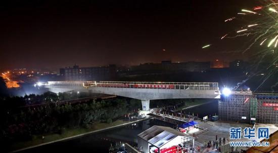 (經濟)(1)上海有軌電車示范線跨滬昆高速轉體梁成功轉體