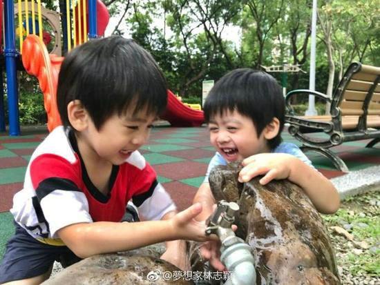 林志颖晒双子星玩耍照片:有伴一起成长真幸福