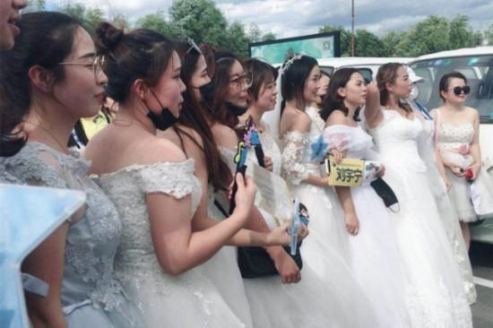 摩登兄弟录制《中国音乐公告牌》现场粉丝集体婚纱应援