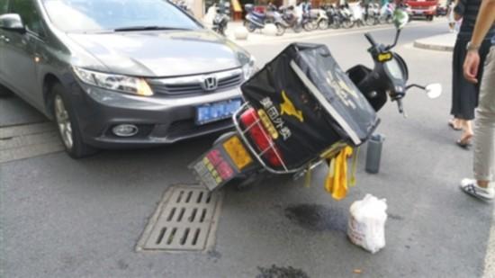 苏州外卖小哥边骑车边看手机 逆行被撞翻