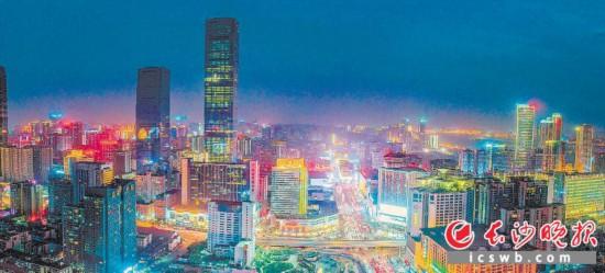 近日,华灯初上,璀璨的灯光勾勒着五一商圈的轮廓。  长沙晚报记者邹麟 摄