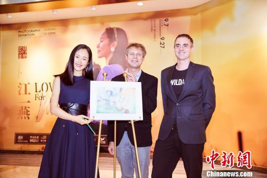 江一燕在武汉举办公益摄影展关注野生动物保护