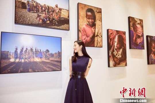 江一燕和她的摄影作品。英国驻武汉总领事馆供图