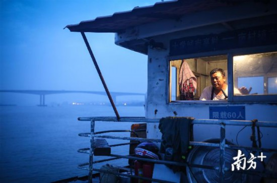 一船两岸三十二年,关师傅笑称自己将是最后的摆渡人。