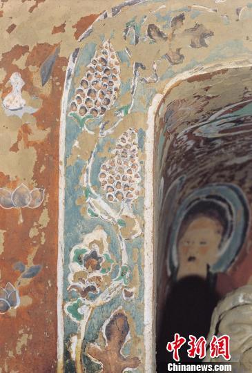 隋唐画匠将葡萄绘进敦煌壁画,各种各样的葡萄纹饰,成为敦煌壁画的经典图案、敦煌石窟艺术的重要组成部分。图为莫高窟第322窟中缠枝葡萄纹边饰。 敦煌研究院供图摄