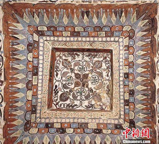 莫高窟第209窟中葡萄石榴纹藻井图案。 敦煌研究院供图摄