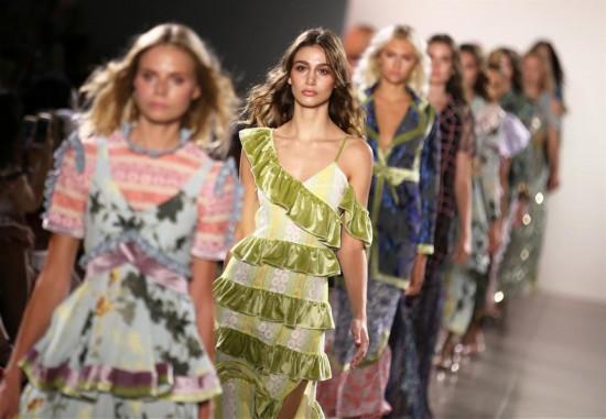 (国际)(1)Vivienne Hu品牌亮相纽约时装周