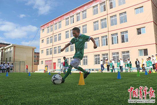 """学校里有了""""真正的足球场"""""""