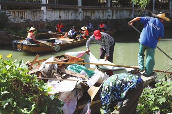 苏州整治万河三板桥北段 清理出两吨生活垃圾