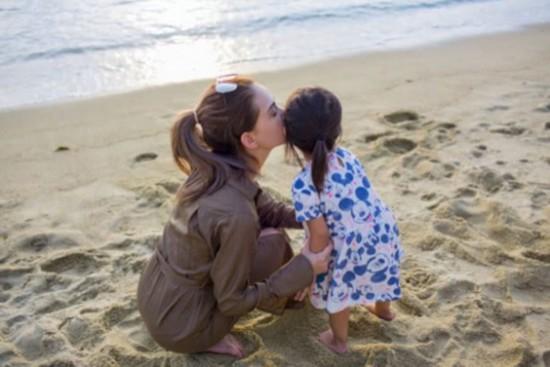 昆凌沙滩甜蜜亲吻女儿太温馨 母女俩肤色差吸睛