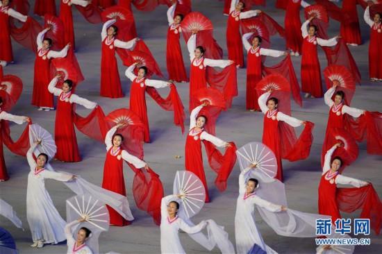 """9月9日,演员在平壤绫罗岛五一体育场表演""""辉煌的祖国""""."""