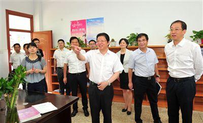 顾国标率队到海安高级中学开展教师节慰问活动
