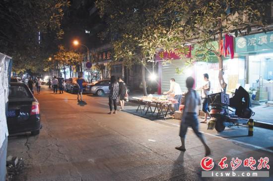 在芙蓉區二裡牌社區二裡牌巷,水果攤點佔據了兩個車位,使停車難題雪上加霜。長沙晚報記者 余劭劼 攝