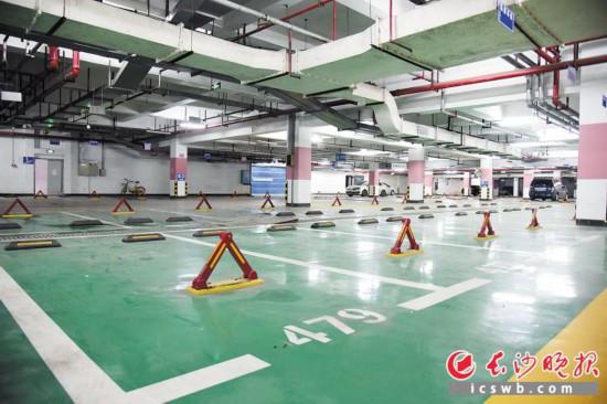 9月4日,岳麓區鈺龍天下小區地下停車場內空蕩蕩,未售出的車位安裝了地鎖。長沙晚報記者 劉琦 攝
