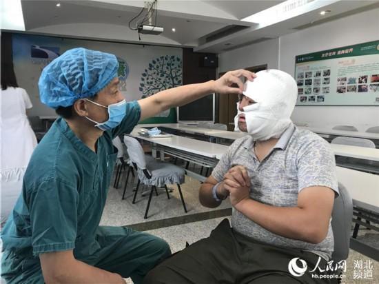 """面部严重烧伤被遗弃 24岁小伙在武汉成功""""换脸""""【2】"""