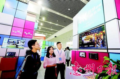 市民在雲博會上體驗4K電視。 本報記者鐘暢新 攝