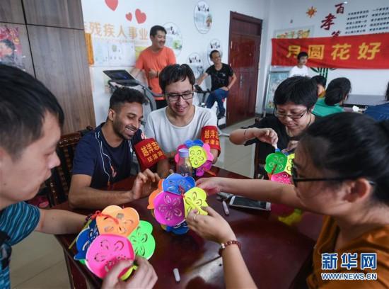 (社会)(1)外籍志愿者服务社区居民