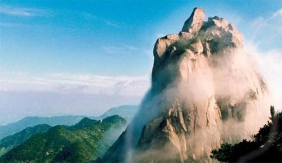 天柱山全稱安徽省安慶市天柱山風景區。 國家重點風景名勝區、國家森林公園、AAAAA旅游區、國家地質公園天柱山,以其雄奇靈秀的山水、令人贊嘆的文化、爭奇斗艷的花卉和四季宜人的氣候,構成了獨特的自身價值,成為旅游觀光的勝境,陶冶情操的聖地。 天柱山位於安徽省潛山縣西南部,景區面積82.