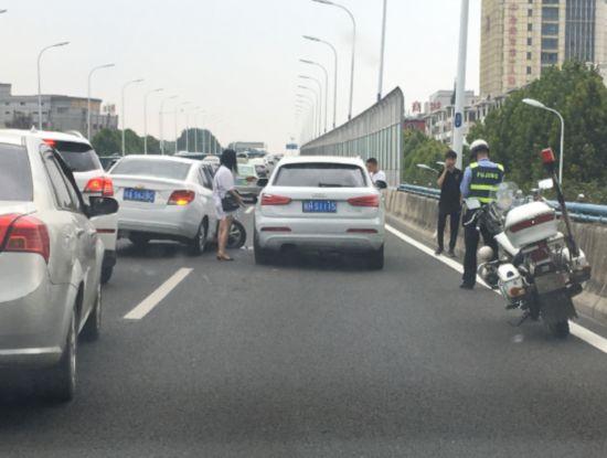 突发!合肥长江西路高架桥发生三车连环撞(图)