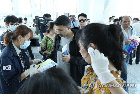 男子带MERS入境韩国 同机30名外国游客去向不明