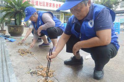 扬州举办捡烟头测试 20分钟捡起200多个烟头